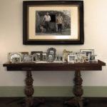 Vilacampa, 2007. Olga Osorio. Impresión giclée sobre papel de algodón. 60x42 cm e 18 fotografías de dimensións variables de sobre mesa de madeira.